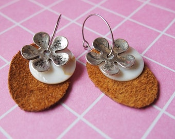 Soft feminine earrings with leather and shells