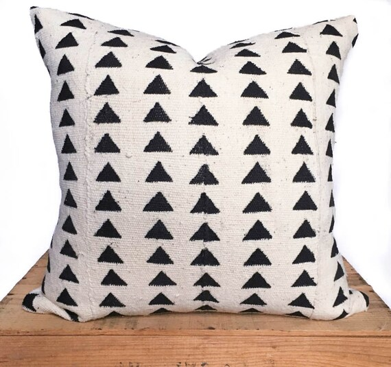 18 Inch White African Mud Cloth Pillow Cover with Black Triangle Pattern
