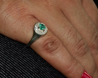 Stunning Gemstone Ring with a round shaped green Emerald Sterling Silver 925 size 5 (GR451)