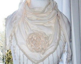 Scarf in cream in the Shabbylook with fringes