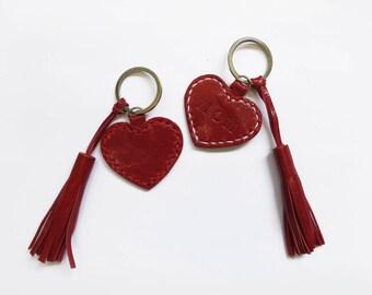 Porte-clés en cuir pompon porte-clés, porte-clés pompon en cuir coeur rouge, monogramme, porte-clé initiale sur mesure, personnalisé cadeaux, cousu à la main