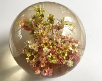 Vintage 70s large round Lucite daisy glass decoration strawflowers yellow pink