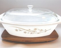 Pyrex Golden Honeysuckle 058 Casserole Lid Wood Stand 4 Quart