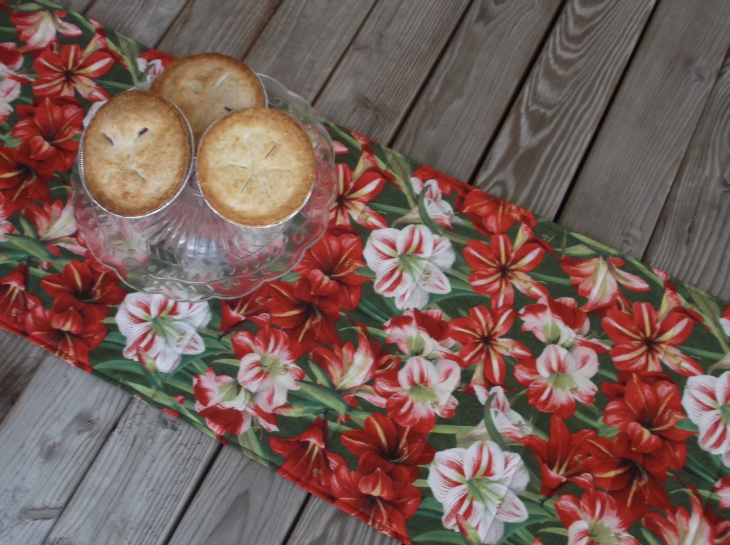 Amaryllis christmas table runner holiday decor quilted table for Amaryllis christmas decoration