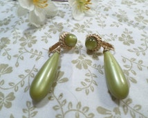 SARAH COVENTRY! Beautiful Vintage Gold Tone Pair Of Pea Green Lucite Dangle Clip On Earrings Signed Sarah Coventry  DL#8694