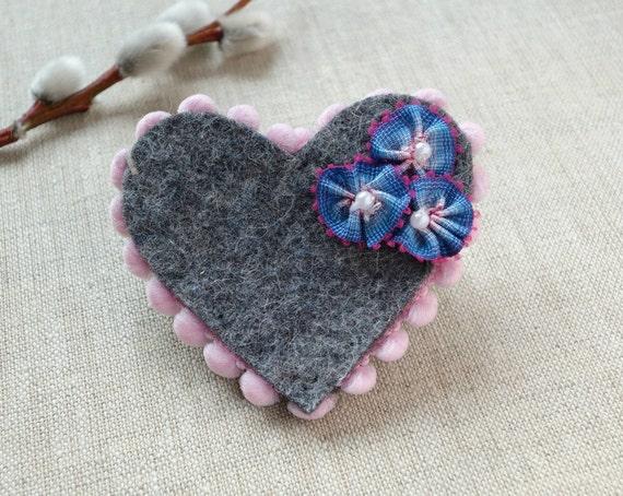 Romantische Brosche mit Blüten