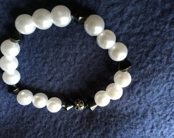 Pearl and black stretch bracelet