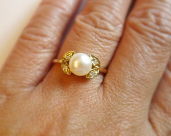 Filadelfa . off white cultured pearl ring . sizes 8 or 8.5 . GP 14K
