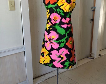 1960s Mod Op Art Floral Pixel Cotton Print on Black Shift Dress Matching Belt Sleeveless Size 12 Medium