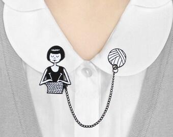 Enamel collar clips // Flapper knitting a scarf