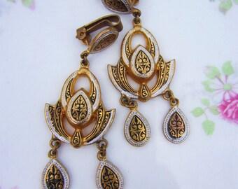 Art deco earrings. Gold dangle earrings. Clip earrings, clipon, nonpierced. Vintage dangle earrings.