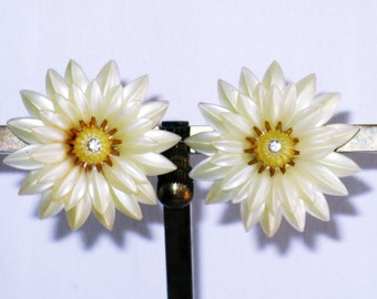Vintage Coro White and Yellow Plastic Floral Clip Earrings (E-2-2)