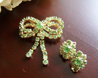 Vintage 1950s Green Rhinestone Double Bow Brooch with Clip Earrings