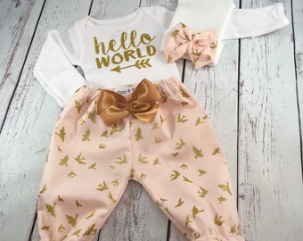 Newborn Girl Take home Outfit. Newborn Girl. Newborn Outfit. Hello World Onesie. Baby Girl Outfits. Gold Glitter. Baby Shower Gift.