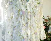 Vintage white floral pattern cotton gauze loose fit boho blouse shirt with ruffles and lace. Size Medium, EU 36-38. Romantic, bohemian