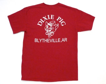 Dixie Pig BBQ T Shirt 1990s Vintage Dark Red Blytheville Arkansas Tee Smiling Pig Hat Logo Top Grilling Barbecue Grill Pitmaster Meat Eater