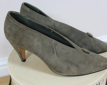 Vintage suede shoes green khaki slip on court shoes with kitten heel and button detail 1980s does 50s size &