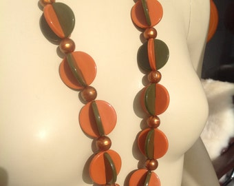 Stylish vintage 1960s necklace with plastic discs and beads