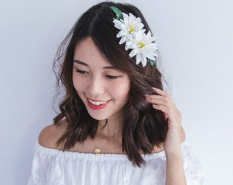 white daisy flower hair clip // wedding flower bun hair alligator clip