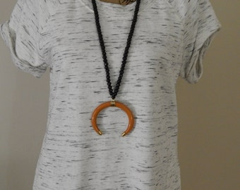 Double horn pendant necklace with black wood beads, horn necklace, rust color, long layering necklace, neutral, summer fashion, boho chic