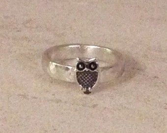 Silver owl ring, hammered textured ring, small ring size I, childs ring, modern band ring, novelty ring, bridesmaid ring, birthday jewellery