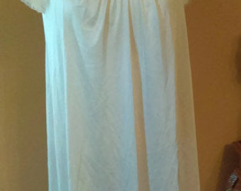 Vanity Fair Night Gown/Size Small/ Pink Color with lace appliqué