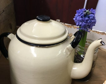 Beautiful  vintage enamel pale yellow t pot.