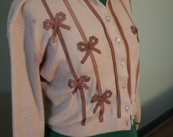 Vintage 50s sweater with bow applique'