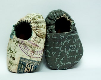 Reversible baby shoes 'stamps and writing'