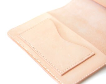 Passport cover/holder in nature vegetable tanned leather. Hanstitched. Handmade.