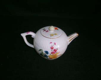 FURSTENBERG Fine Porcelain teapot Victoria and Albert Museum London Franklin Mint 1985