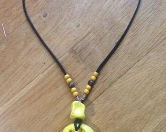 Ciondolo in ceramica, con stella alpina gialla/ Clay pendant, with alpine, yellow star