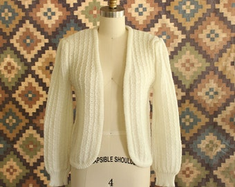 vintage cream cardigan with puffy shoulders . 70s 80s cardigan, open front, cropped fit . 1980s romantic off white cardi