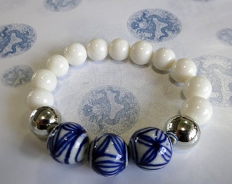 Geometric blue and white beaded stretch bracelet