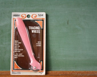 Pink Tracing Wheel – vintage Penn Products sewing / embroidery tool with pink plastic handle