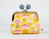 Metal frame coin purse with color bobble - Retro pink flowers on yellow - Color dad / Minilabo / coral pink blush mustard
