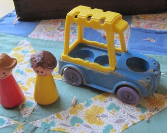 CUTE Vintage 1957 Tootsietoy Car and Two Little People