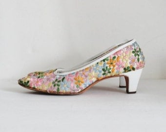 CIJ 40% off sale // Vintage 60s Embroidered Floral Serenades by Florsheim Pumps w/ Original Box - Ladies 7.5 Extra Narrow