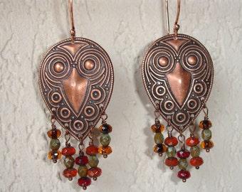 Boucles d'oreilles tribales cuivrées et perles de verre à facettes