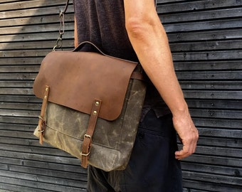 Messenger bag in waxed canvas with leather flap /  Musette  with adjustable shoulderstrap UNISEX