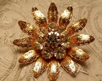 PRETTY Goldtone Flower Pin w/ Prong Set Clear Rhinestones VINTAGE