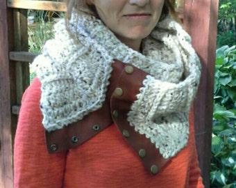 Leather trim infinity scarf with snap closure ~ Upcycled leather ~ Echarpe Infini Crochet ~ Bufanda Infinita Crochet ~ Fall favorite