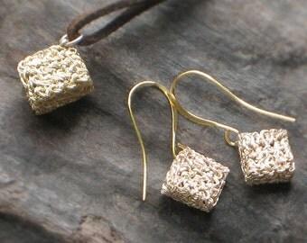 Mini-SQUARE Cube EARRINGS + PENDANT Set > Plated Gold & Sliver Crocheted Wire [Pendentif Boucles Carré — Colgante Pendientes Cubo ganchillo]