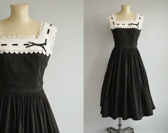 Vintage 1950s Minx Modes Dress / 50s Black and White Cotton Sundress with Full Pleated Skirt White Lace Collar