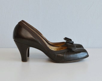 Vintage 1940s Shoes / 40s Chocolate Brown Leather High Heels Peep Toe Pumps with Bow / Size 8 Narrow