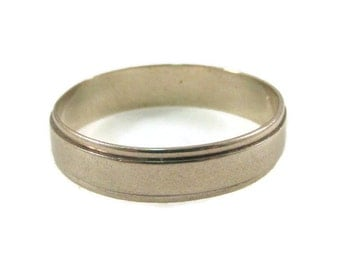Classic 10K White Gold Band Ring - Size 10.5