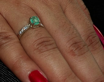 Sparkling Gemstone Ring with an oval shaped green Emerald Sterling Silver 925 size 6 (GR450)