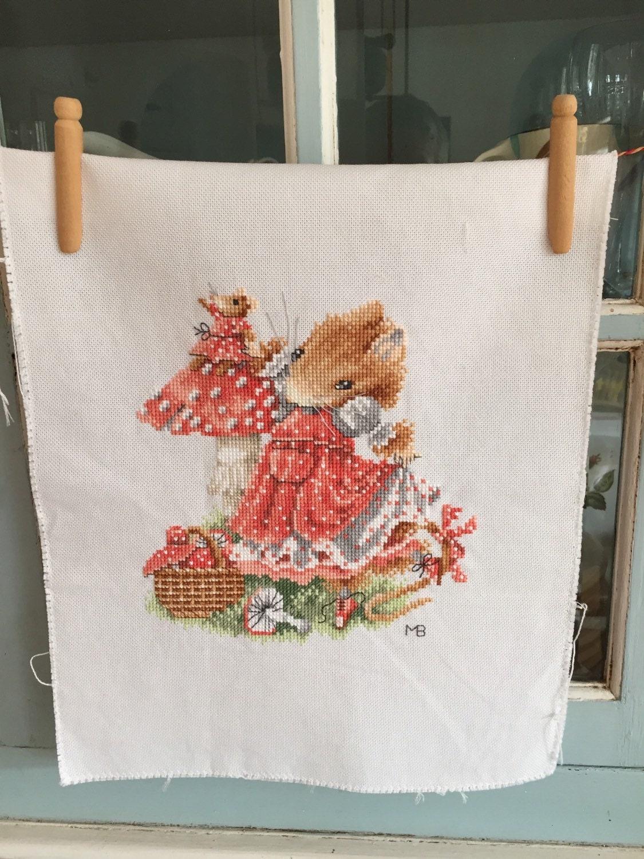 Vera de muis borduurwerk paddestoel rood met door nellyslittlegifts