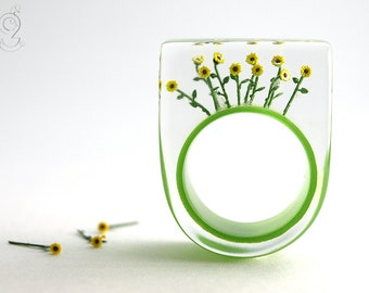 Bloomy sun – summerly flower ring with yellow plastic mini-sunflowers on an olive-green ring made of resin for the endless summer