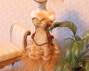 Burlesque dorato con copricapo